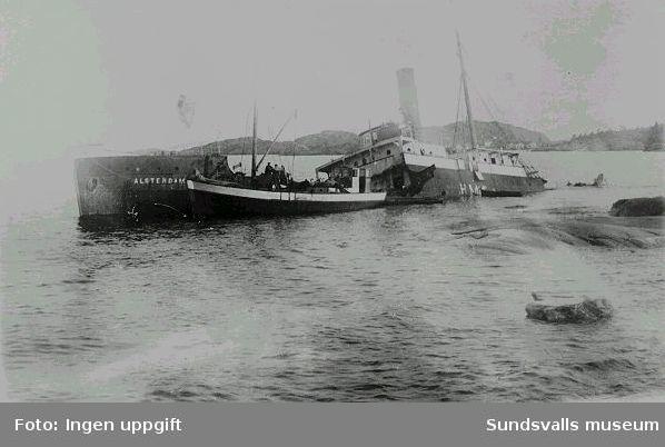"""Ångaren """"Alsterdam"""" har lidit skeppsbrott vid Kråkskäret (vid Grisslan) på 1930-talet. Fiskebåten i förgrunden är förmodligen """"Hanna"""", hemmahörande i Barsta på Nordingrå, innanför Högbonden."""