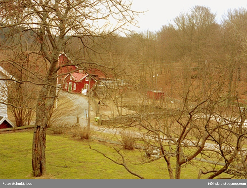 Delar av trädgård och ekonomibyggnader i bakgrunden som tillhör Gunnebo slott.