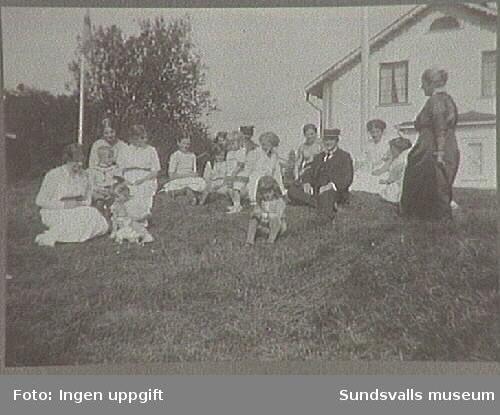 Hos Greta och Olaf Braathen vid disbonentbostaden på Hovfvid.