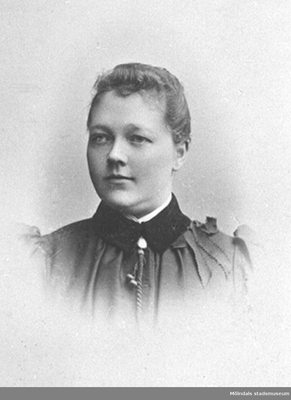 Clara var hustru till möbelsnickaren Victor Hasselberg.Clara föddes på Salves gård i Hällesåkers by.