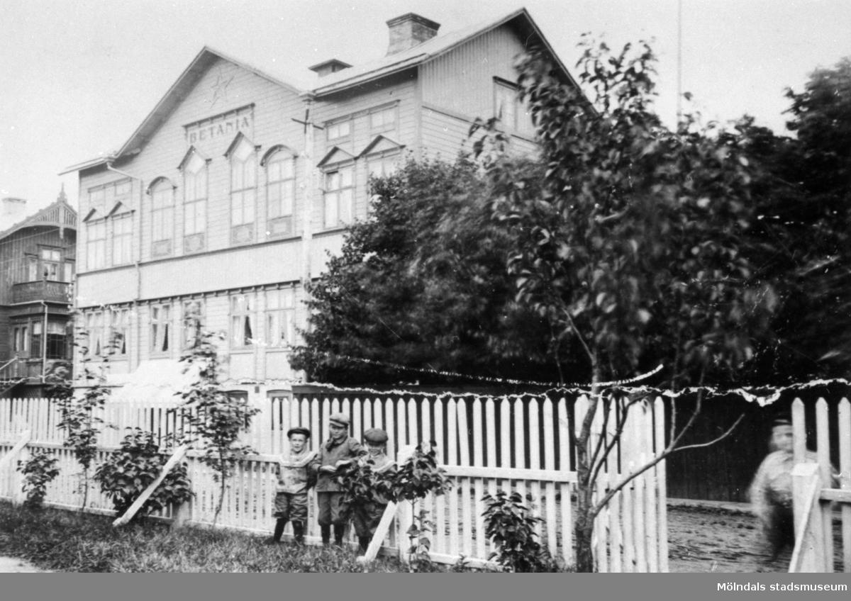 """Baptistkyrkan """"Betania"""" sedd från sydost på Frölundagatan (nuvarande Brogatan) 4. (Adressen var tidigare Mölndalsbro 53.) 1900-1930-tal."""