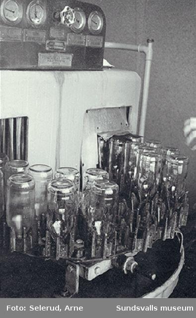 Distriktslaboratoriet i Högoms gamla skola, Selånger, invigdes 1953 och flyttade 1965 till Matfors, Tuna sn. 01 Acd-lösning fylls på glasflaskor 02 Sköljning av glasflaskor 03-04 Acd-lösning för blodgivare fylls på glasflaskor 05 Diskmaskin för glasflaskor 06 Autoklav för sterilisering av läkemedel, företrädesvis lösningar.