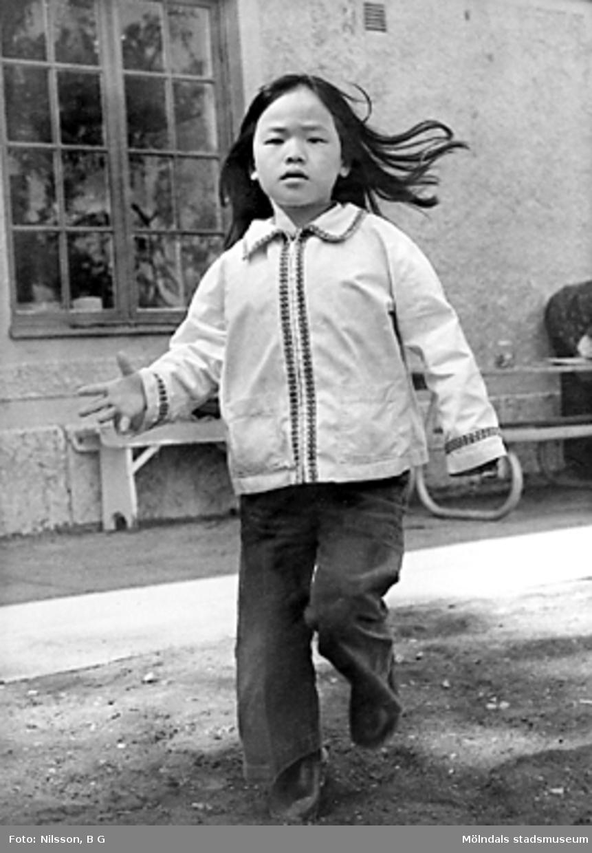 Flicka som hoppar/springer. Holtermanska daghemmet juni 1973.