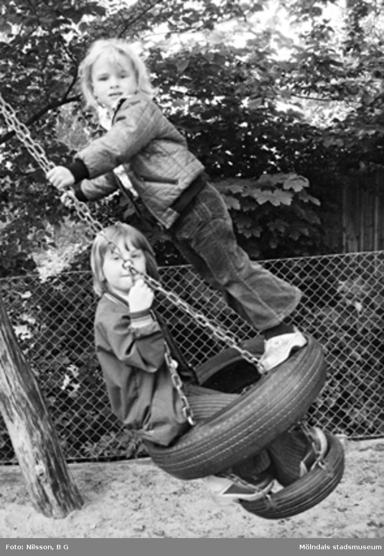 Två barn som gungar. Holtermanska daghemmet juni 1974.