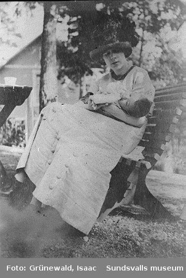 Sigrid Hjertén med sonen Iván Grünewald (f. 1911), 1912.