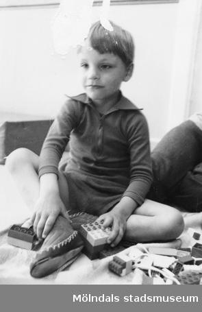 En sittande pojke som leker med Duplo. Holtermanska daghemmet, okänt årtal.