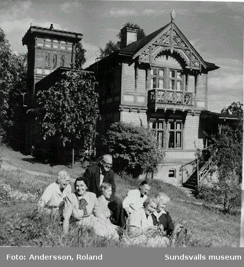 Träff i det gröna. Med på bilden är Roland Anderssons far , som förvaltade huset åt ägaren Wessén, som för det mesta bodde på Strandvägen i Stockholm. Stället har tidvis kallats Olofsberg el Ortviken. 1925-26 ledde en poppelallé fram till huset.