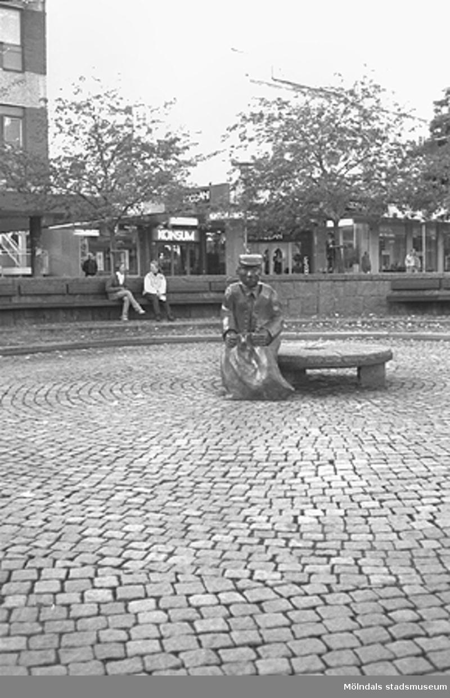 Skulpturen Albert på Mölndals torg. Mölndalsbro i dag - ett skolpedagogiskt dokumentationsprojekt på Mölndals museum under oktober 1996. 1996_1061-1076 är gjorda av högstadieelever från Kvarnbyskolan 9C, grupp 3. Se även 1996_0913-0940, gruppbilder på klasserna 1996_1382-1405 samt bilder från den färdiga utställningen 1996_1358-1381.