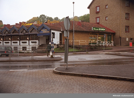 Sahlins terrass till vänster och Sahlins konditori (f.d Gunnars konditori) till höger på Storgatan/Frölundagatan. Mölndalsbro i dag - ett skolpedagogiskt dokumentationsprojekt på Mölndals museum under oktober 1996. 1996_1153-1171 är gjorda av högstadieelever från Kvarnbyskolan 9D, grupp 2. Se även 1996_0913-0940.