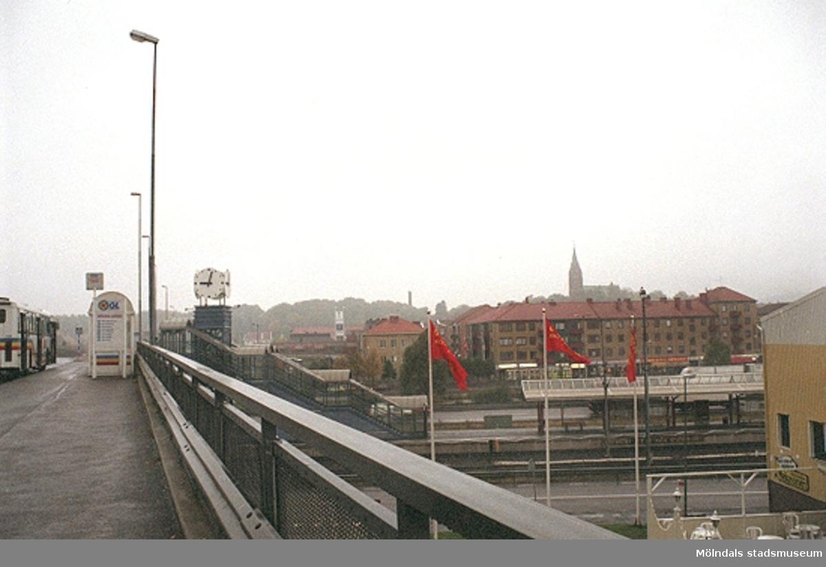 Vy västerut på brons busshållplats. Mölndalsbro i dag - ett skolpedagogiskt dokumentationsprojekt på Mölndals museum under oktober 1996. 1996_1173-1187 är gjorda av högstadieelever från Kvarnbyskolan 9D, grupp 3. Se även 1996_0913-0940.