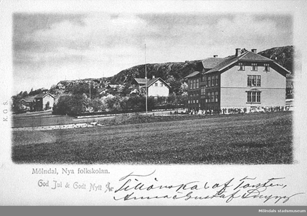 Till höger ses Trädgårdsskolan (byggd 1900) och vänster därom Länsmans J. V. Geddas (1839-1915) villa (nuvarande Störtfjällsgatan 1-7). 1900-1920-tal.