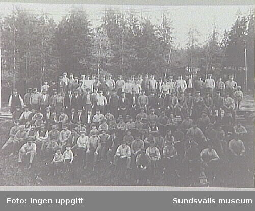 Gruppbild med sågverksarbetare från Karlsviks sågverk.