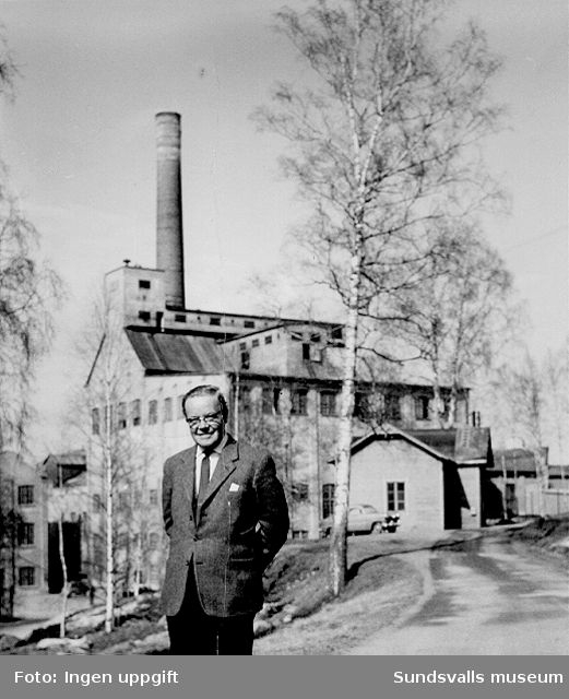 Överingenjör Fritz Bolin på planen framför cellulosafabrikens kontor i Nensjö