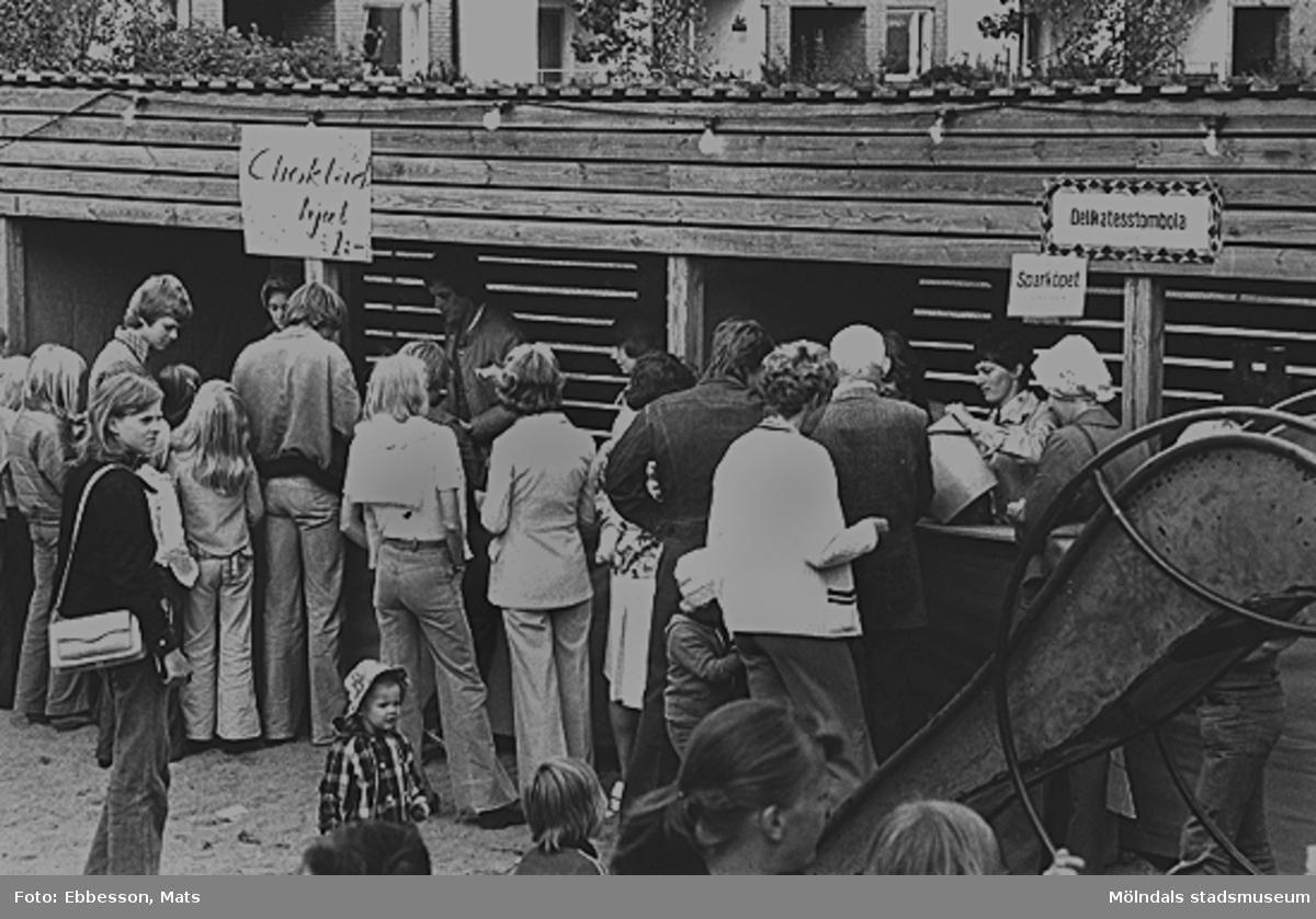 Gårdsfest för boende i bostadsrättsföreningen Tegen, 1974 eller 1975. Mannen till vänster som blickar nedåt är Benny Wederbrand, boende i bostadsrättsföreningen Tegen.