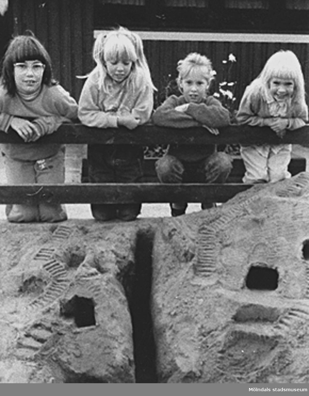 Fyra förskoleflickor gör grottor i sanden, hösten 1989. Från vänster: Marie-Louise Göransson, Åse Andreasson, Katarina Friberg och Anja Andreasson (Åse och Anja är syskon).