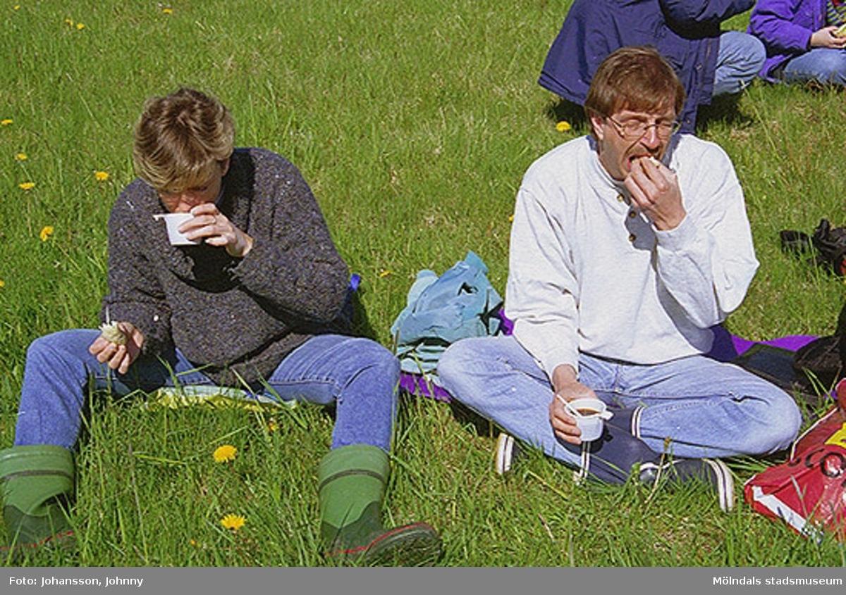 Två personer från Kultur och fritid sitter och fikar i gräset.