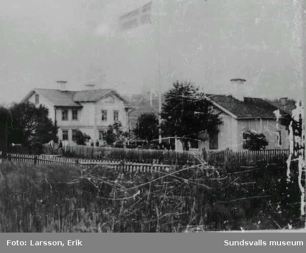 Vy över Skön. På höjden i bakgrunden skymtar Sköns kyrka med skolbyggnaderna nedanför. T v gästgiveri som också var tingsställe fram till 1922, då huset brann ner.