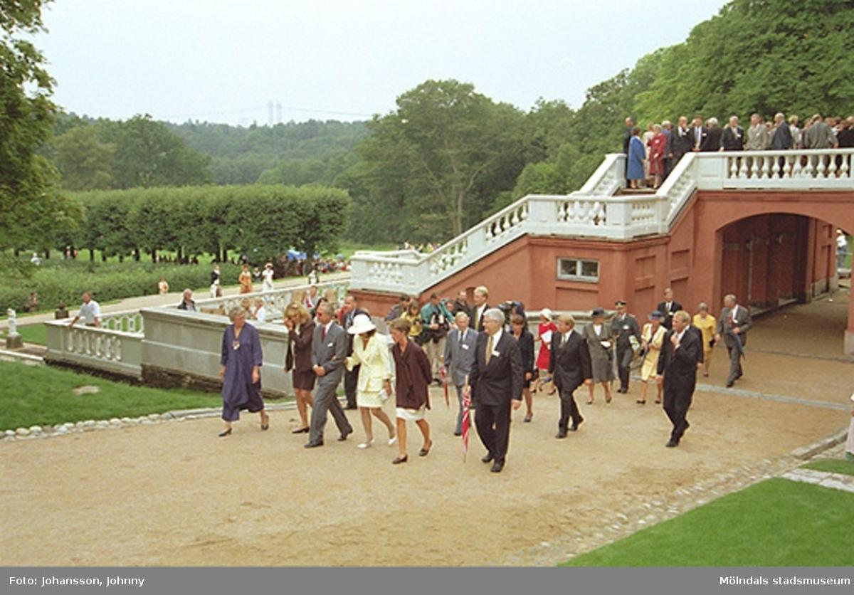 Från kungens och drottningens besök på Gunnebo. Från vänster Inger Erntsson (intendent på Gunnebo), Lena Vikström, kung Carl XVI Gustaf, drottning Silvia, Marika Irvine (trädgårdsmästare på Gunnebo) och Ralf Lorentsson (kommunalråd).