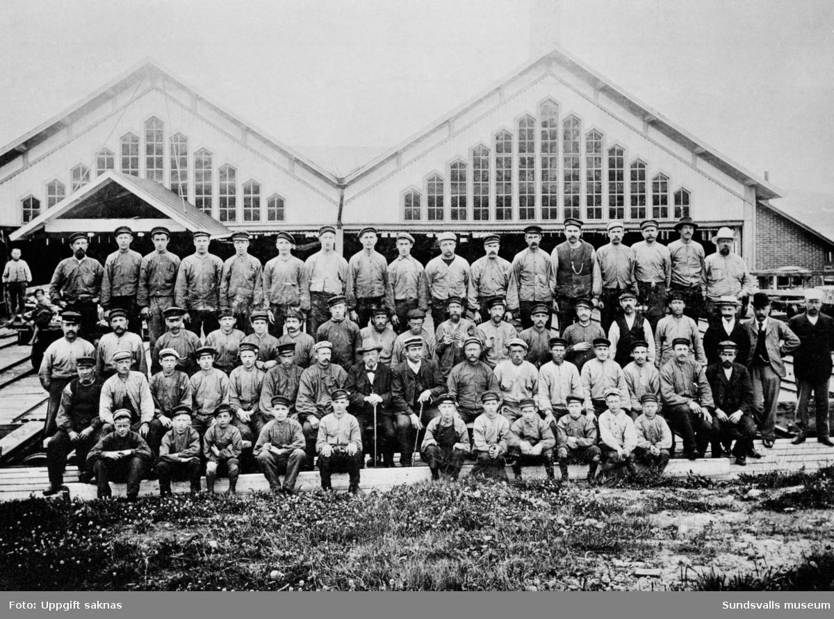Gustavsbergs brädgård, vuxna och barn, troligen omkring 1912. Disponent Röst t h i 2a raden.
