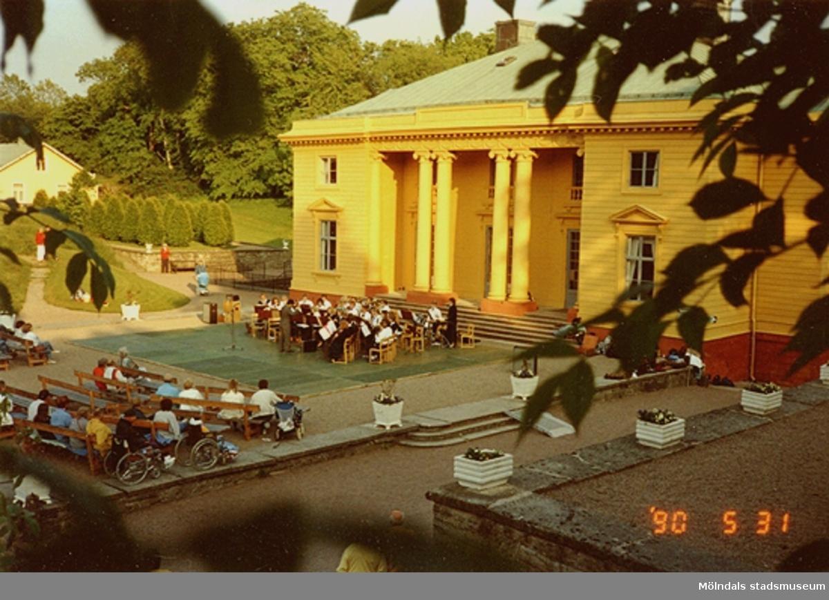 Musikunderhållning för publik utanför slottet, maj 1990.