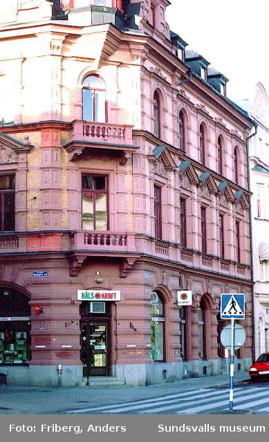 Maskaron på fasaden, Sjögatan 9