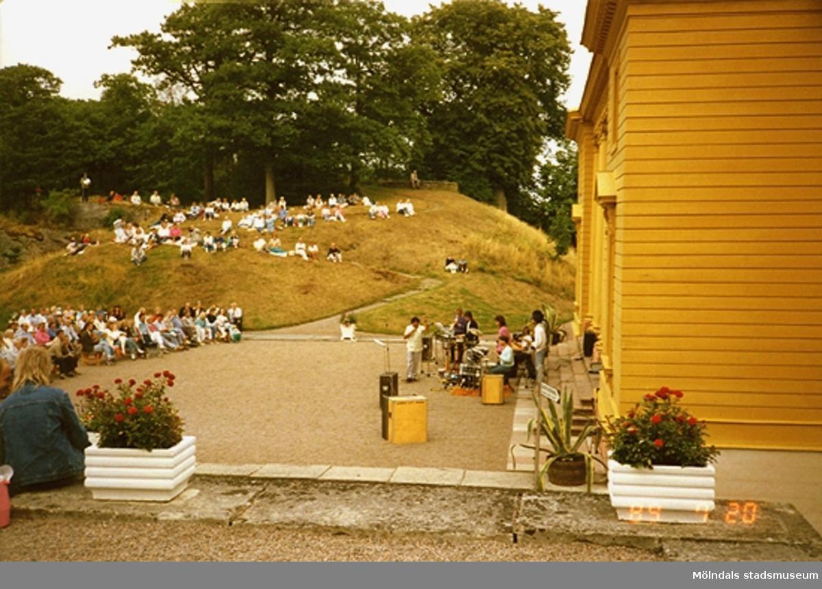 Konsert inför publik framför slottet och med Floras kulle som bakgrund.