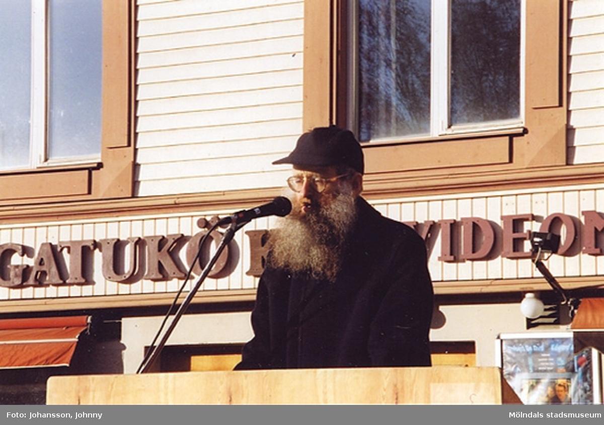 Gamla torget i Mölndal den 22:a november 2001.Lars Gahrn håller föredrag vid invigningen efter omläggning och stenläggning av torget.