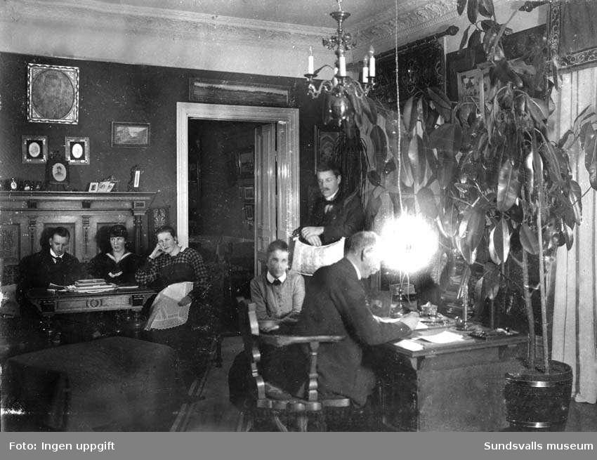 Familjen Hellgren samlad i den privata lägenheten på Sundsvalls brandstation., Gustaf och Olga med barnen Einar, Inge, Kajsa och Carola. Privata bilder med brandchefen för Sundsvalls brandkår Gustaf Hellgren och hans familj.