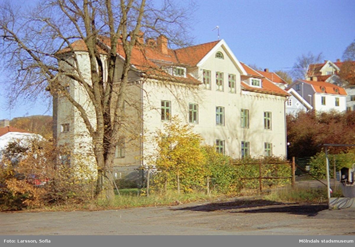 Hyreskasern byggnad 222 på Norra Forsåkersgatan 2E, Forsåker 1:225. Uppfördes 1853 som arbetarbostad (Arbetarebostaden nr 4) för Rosendahls Fabriker. Övergick senare i Papyrus/Stora Ensos ägo.