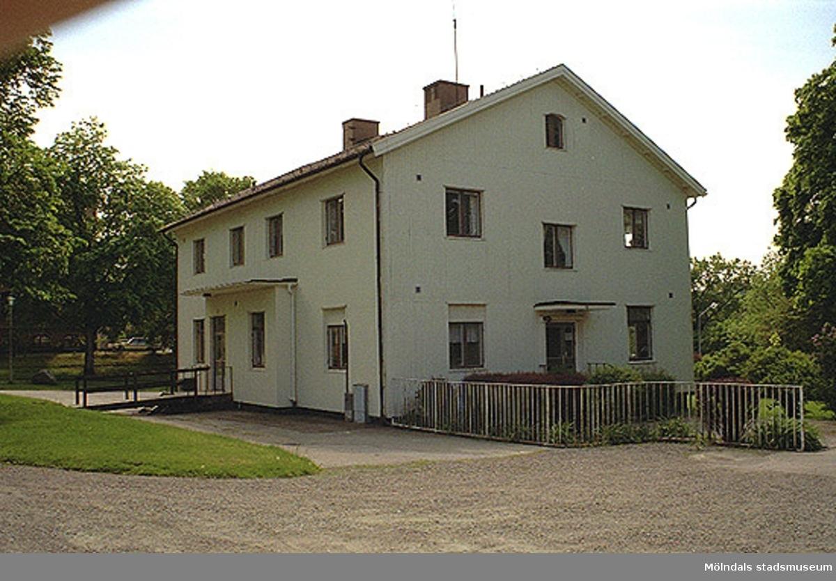 Kontorsbyggnad och rektorsbostad, sedd från nordost 1998-05-29. Relaterat motiv: 2002_0871 - 0872.
