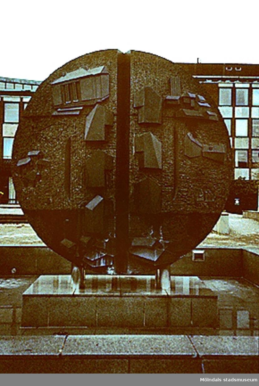 Faesberghia, fontän i diabas, som står uppställd på Stadshusplatsen i Mölndal. Den är tillverkad av skulptör Roland Anderson.