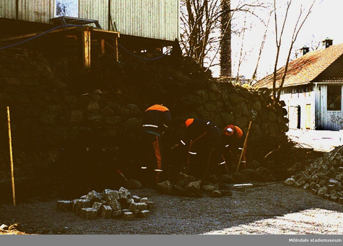 Grävarbete vid Lyktplatsen i Kvarnbyn, april 1993.