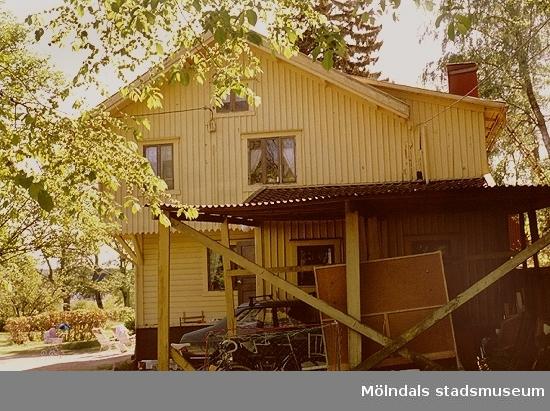 """Ett bostadshus, numera rivet, som låg där Prästgårdsgatan 27 ligger i dag. Byggnaden flyttades till platsen 1902 och var arrendatorsbostad till Fässbergs prästgård. Det låg nära """"Kaffekvarnen"""", i området söder om Fässbergs kyrkogård, alldeles intill """"Fässberget""""."""