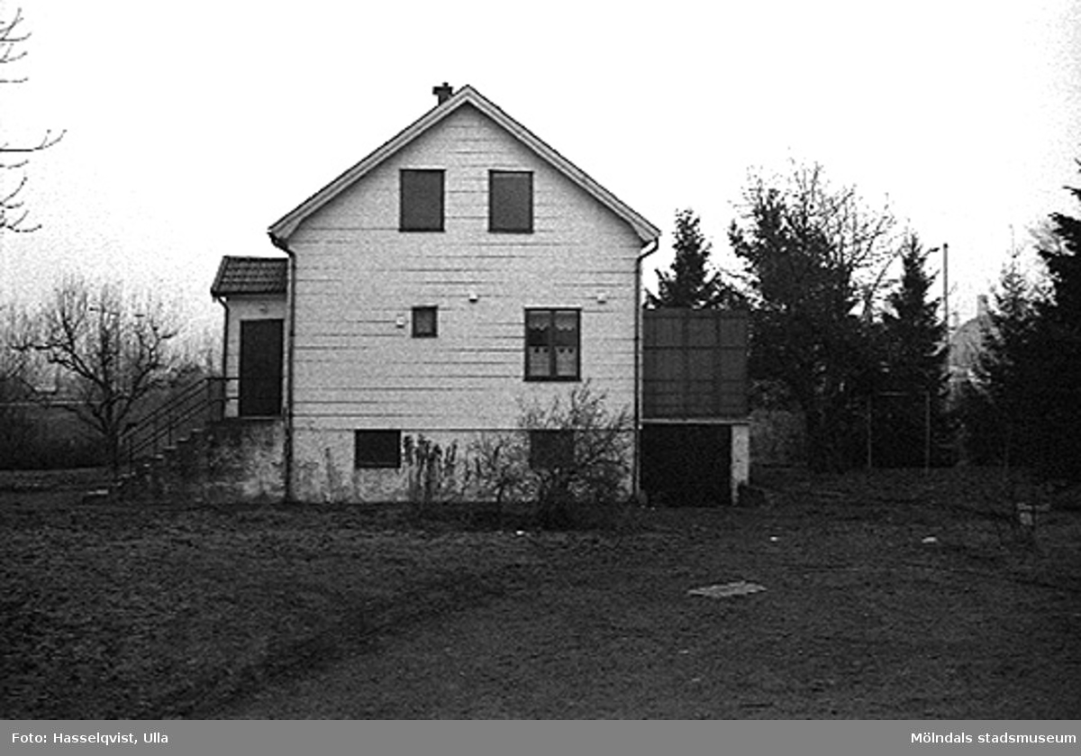 Ett bostadshus, Åby 1:9, från norr. 1996-01-16.
