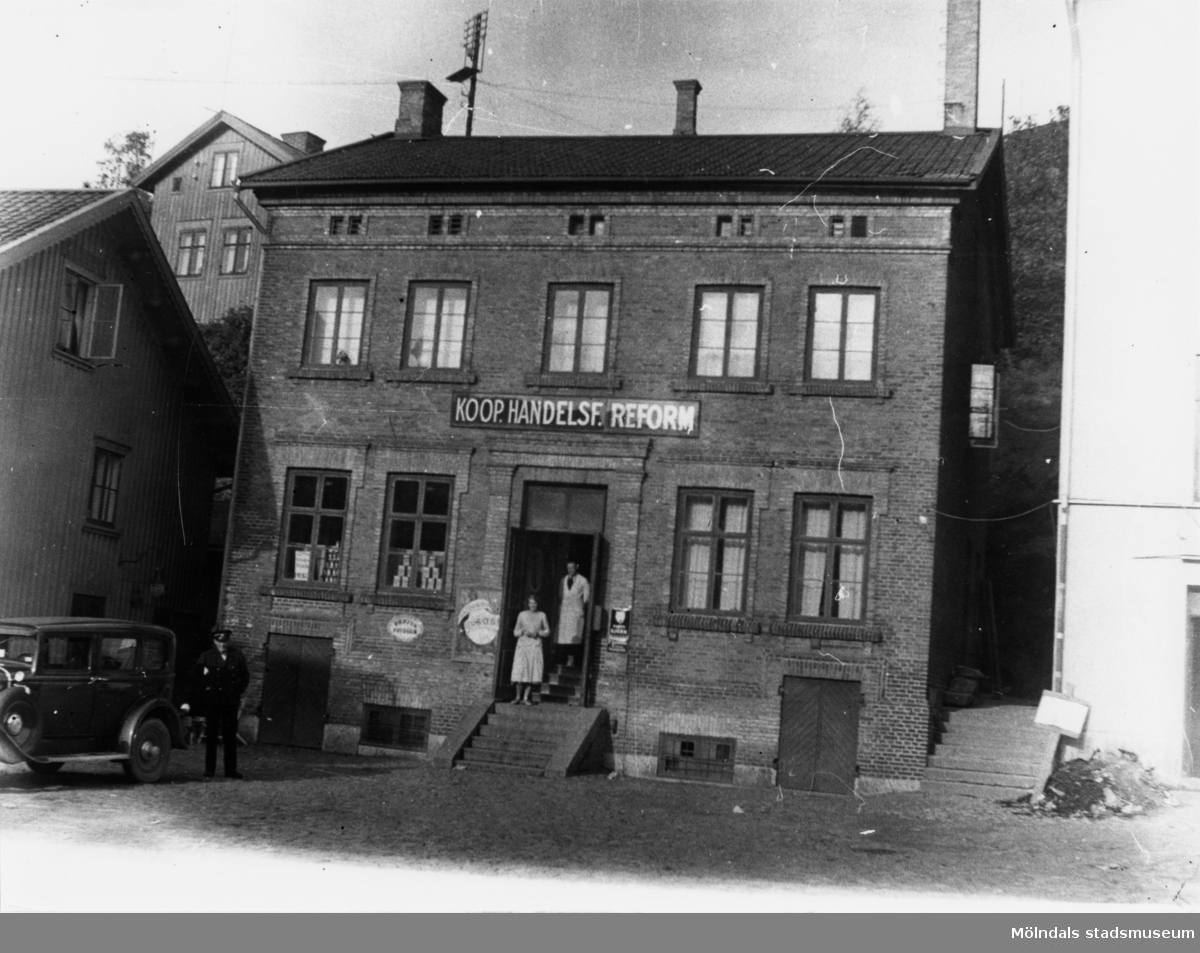 Bilden är tagen omkring 1925 då den kooperativa handelsföreningen Reform hade butik i byggnaden. Den blev senare brandstation.