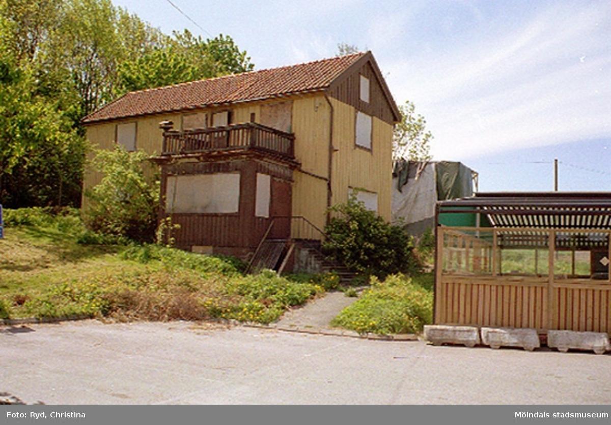 Gammalt bostadshus, Ranntorp 1:16 i Ranntorp, Lindome. Huset är nu rivet.Den nybyggda restaurangen Satelit ligger bredvid. Maj 1994.