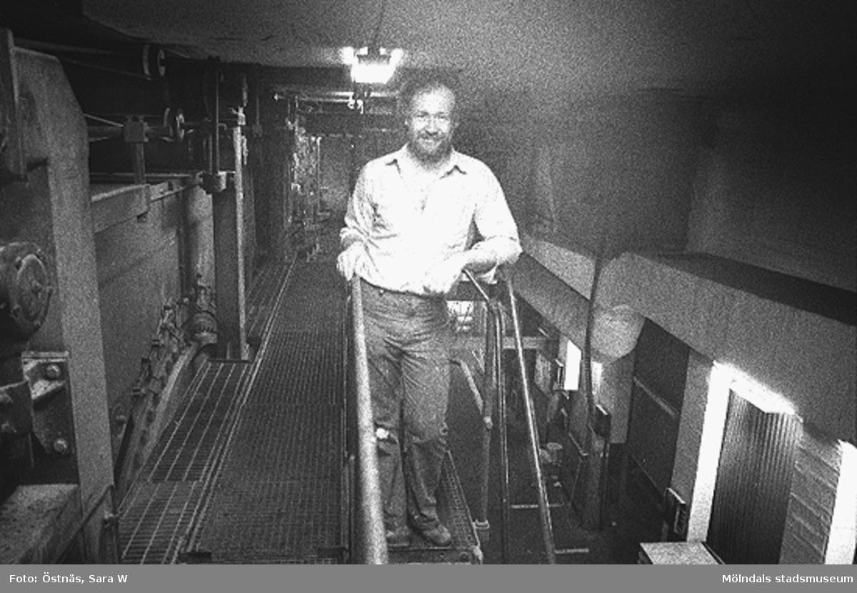 En manlig arbetstagare på pappersfabriken. Juris Kuvalds. Byggnad 6. Bilden ingår i serie från produktion och interiör på pappersindustrin Papyrus.