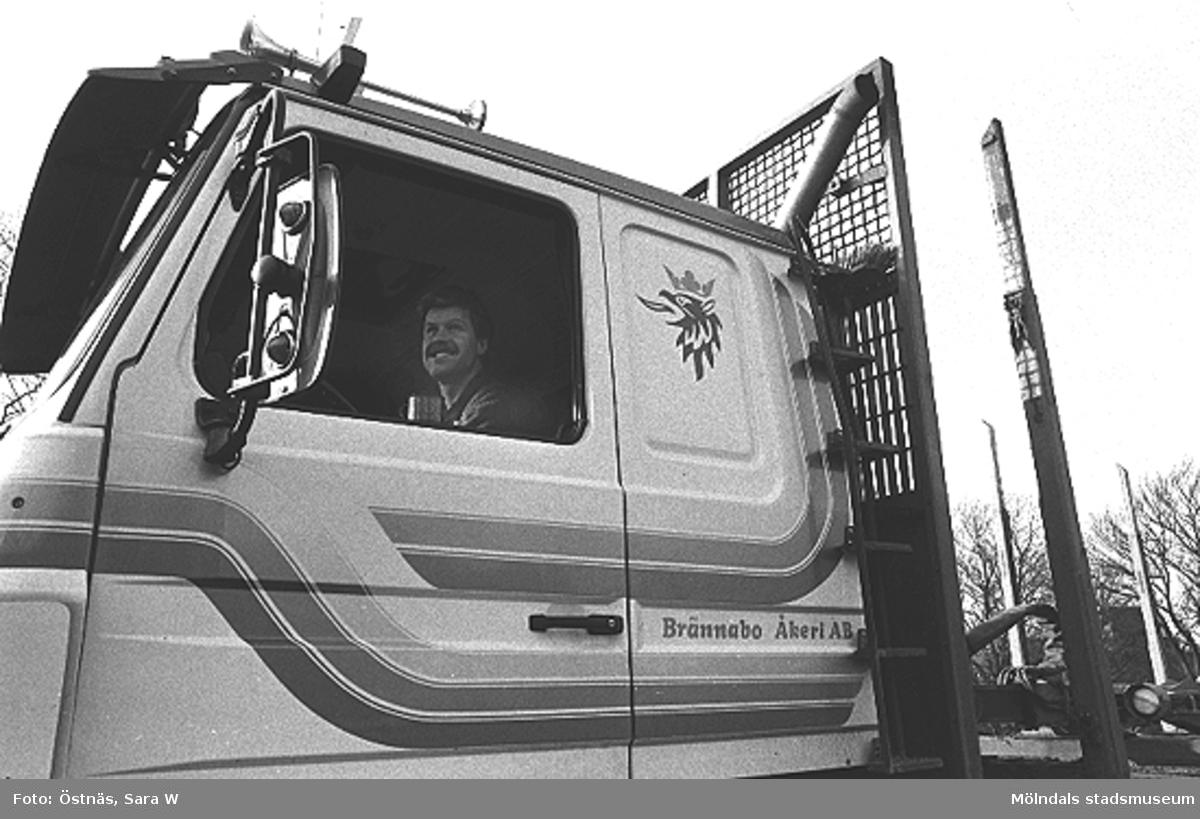 En man som sitter i en lastbil.Bilden ingår i serie från produktion och interiör på pappersindustrin Papyrus.