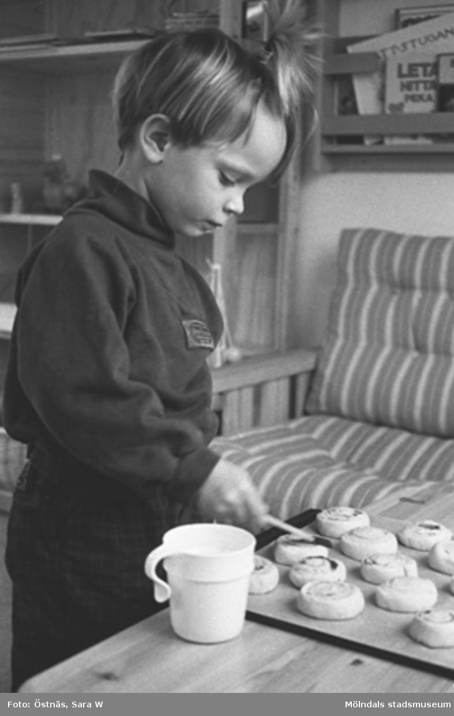 En barn som bakar.