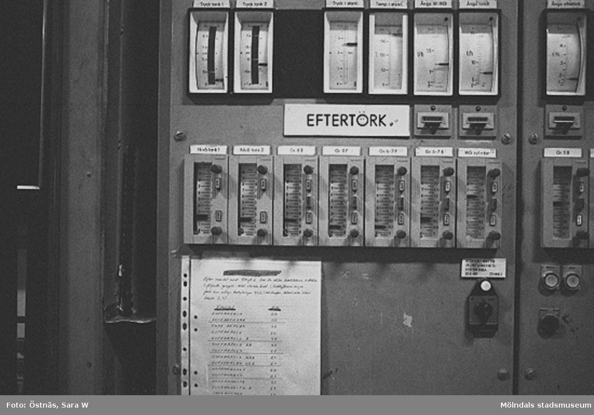 En kontrollpanel.Bilden ingår i serie från produktion och interiör på pappersindustrin Papyrus.