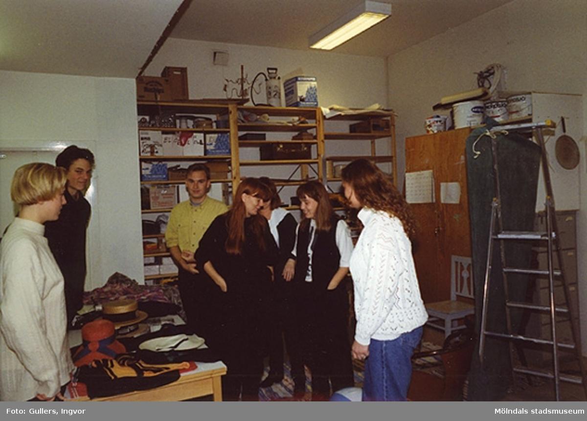 """Ungdomar från Burgårdens gymnasium som ska visa baddräkts modet från förr, på Mölndals museum, familjesöndagen den 25 oktober 1992.Under söndagen kunde man också delta i barnverkstad med käpphästtillverkning och lyssna på en paneldiskussion om """"samlande"""".Familjesöndagen är i samband med utällningen """"Gammalt skräp eller samlade minnen"""" 23 maj - 29 november 1992."""