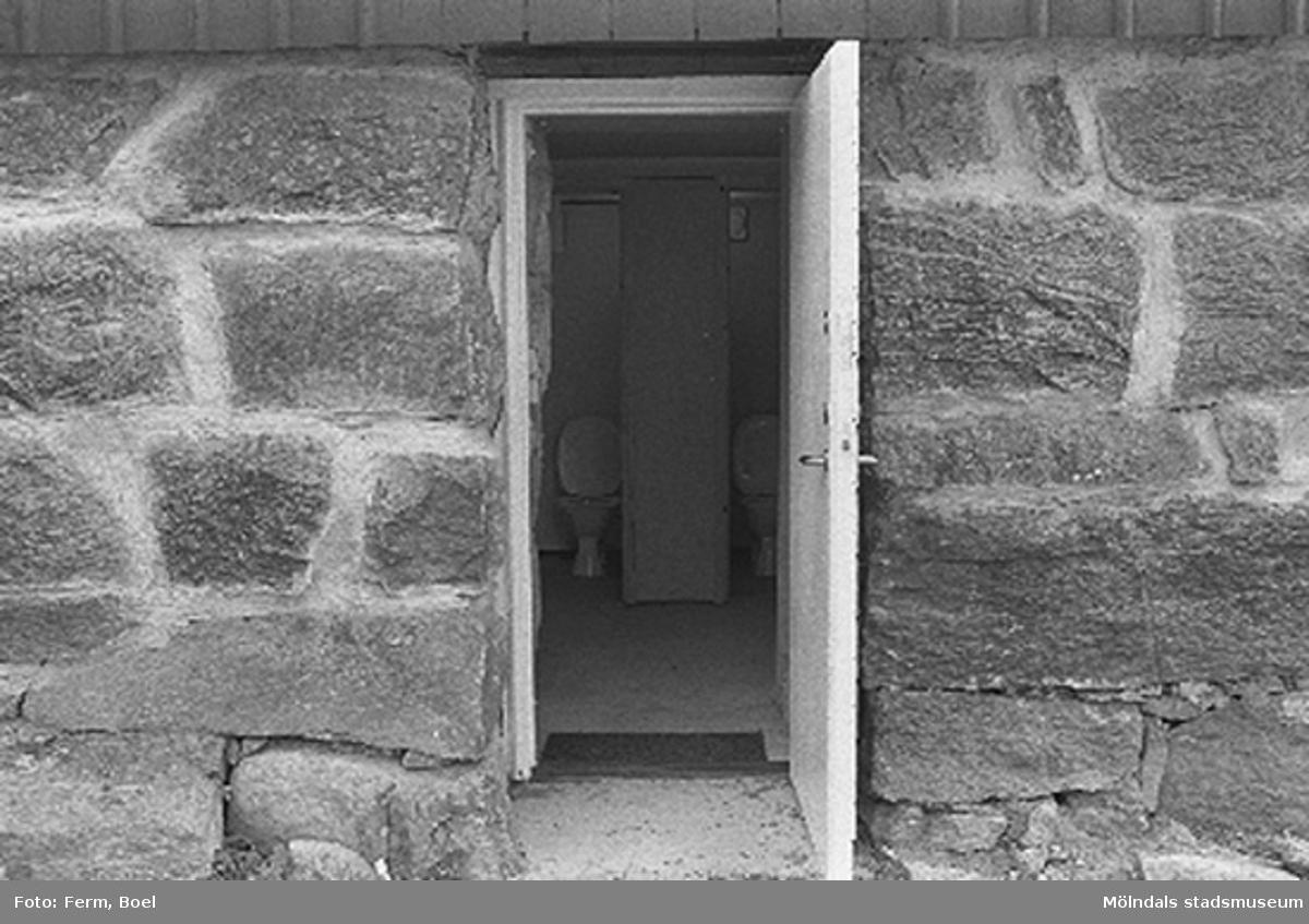 Toaletter under hönshuset.Hembygdsgården/Börjesgården i Hällesåker, Lindome 1992-06-29.