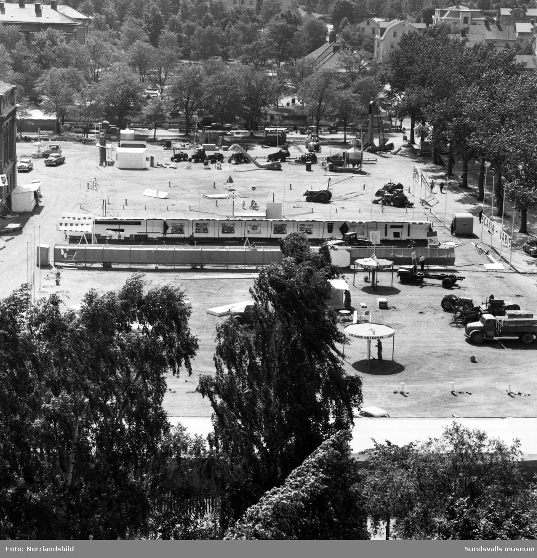 Planen bakom Läroverket riggas för utställning eller mässa med lastbilar och traktorer. Bilden tagen från kyrkan.