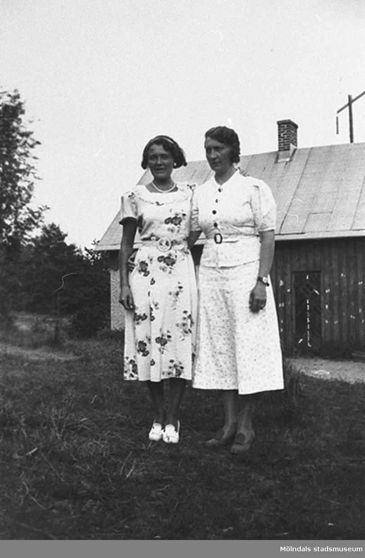 Berit Gustafsson och ? i trädgården.Sommar i Lindome i början av 1940-talet.