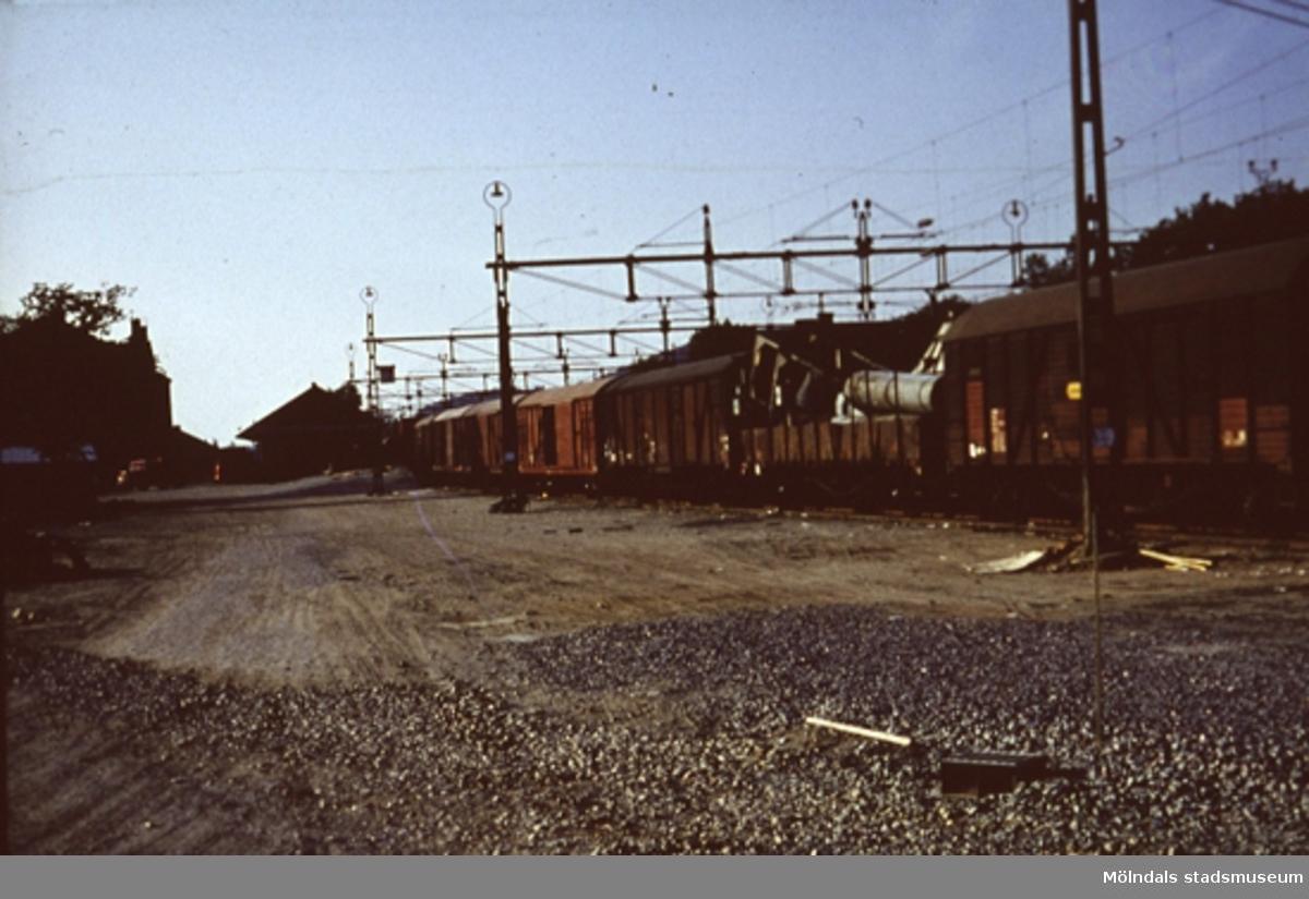 Ett järnvägsspår med tåg någonstans i Mölndal.