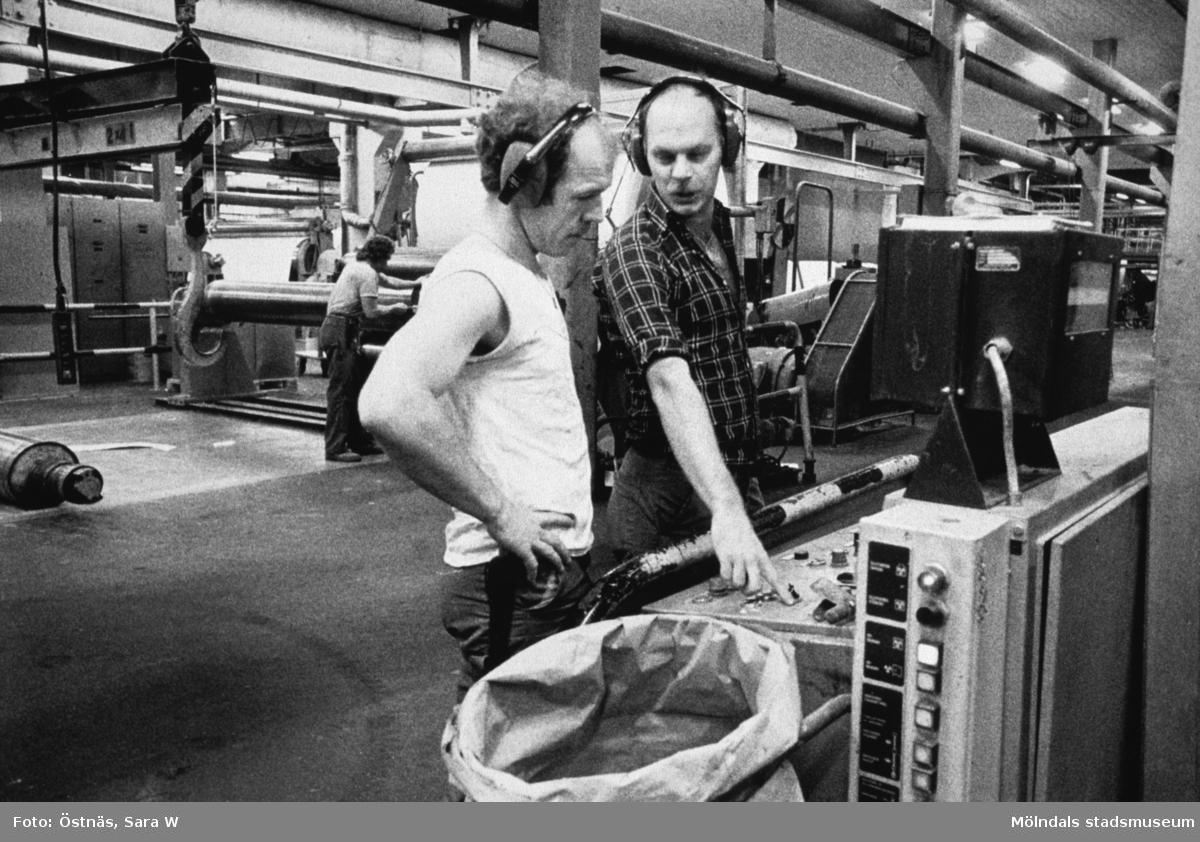 Jan Callesen och Denny Andersson i arbete vid maskin på Papyrus i Mölndal, år 1990.