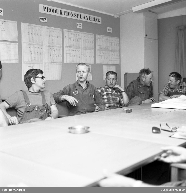 Planeringskonferens med byggfolk och tjänstemän under byggnationen av nya sjukhuset i Sundsvall.