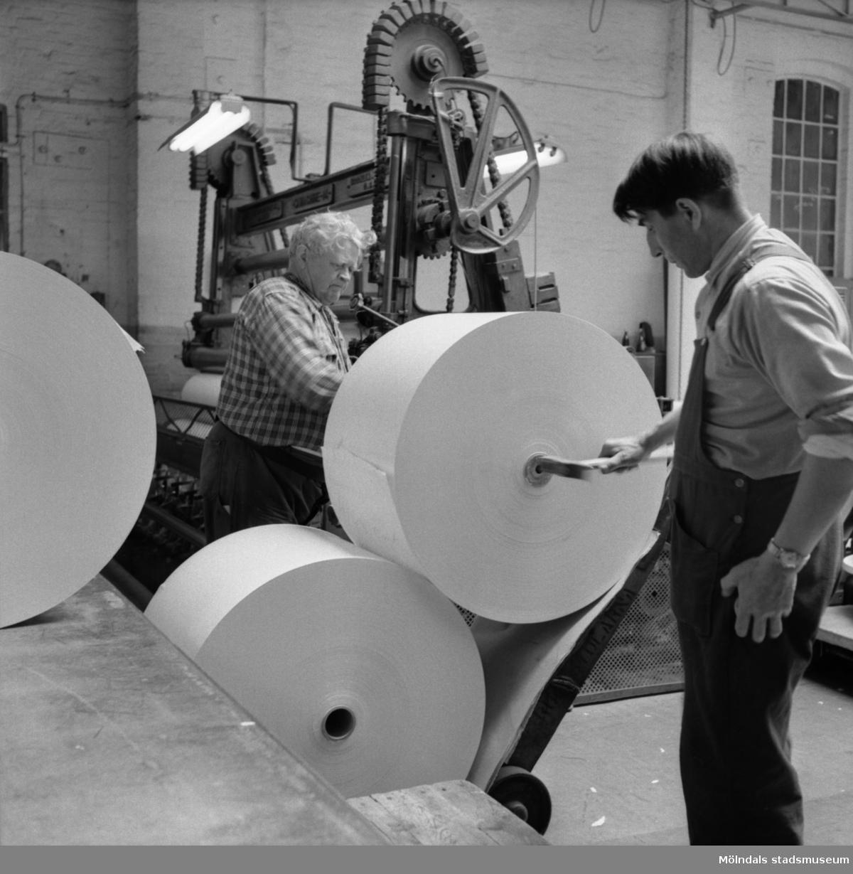 Män i arbete vid maskin på Papyrus i Mölndal, 8/5 1955.