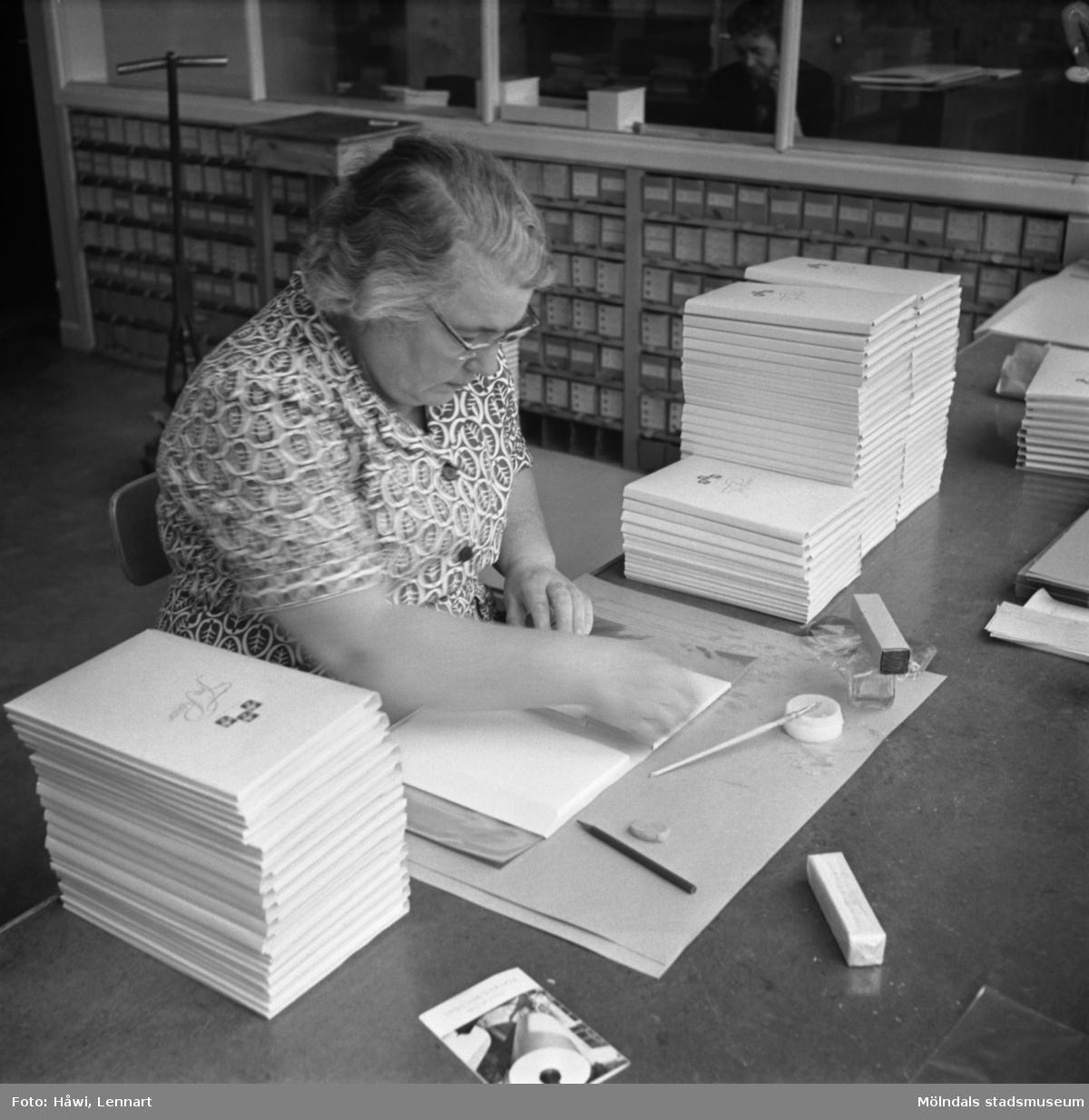 Kvinna i arbete med papeteritillverkning på Papyrus i Mölndal, 13/5 1955.