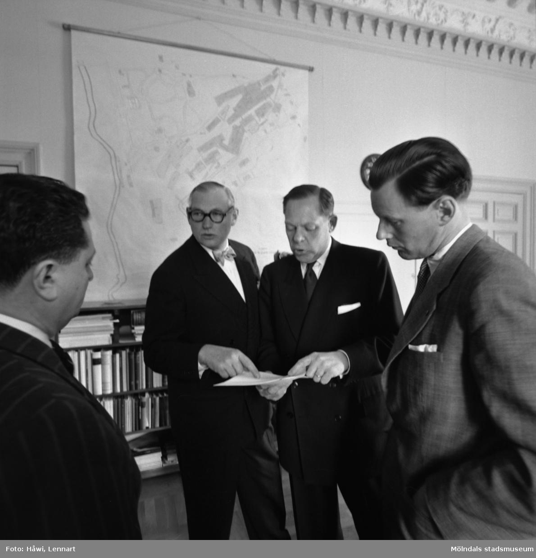 Kamrer Einar Harald, bankdirektör Marcus Wallenberg och disponent Hans Hulthén på Papyrus i Mölndal, 15/6 1955.